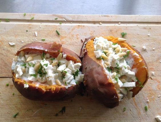 Gevulde zoete aardappel met geitenkaas en spekjes